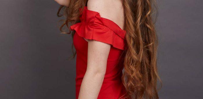 Rozpuszczone kręcone włosy
